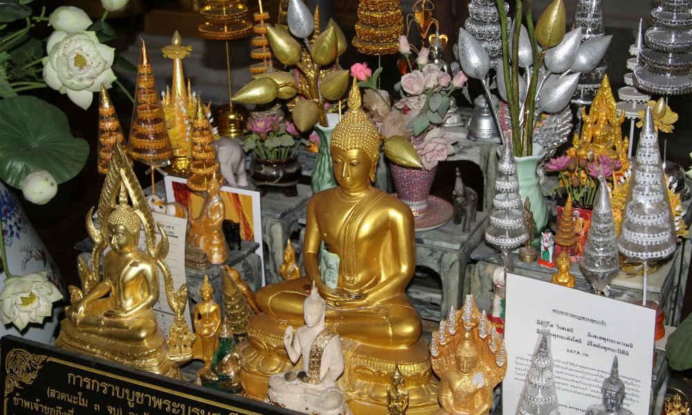Религия и её влияние на бизнес. Статуя будды в буддиийском монастыре.