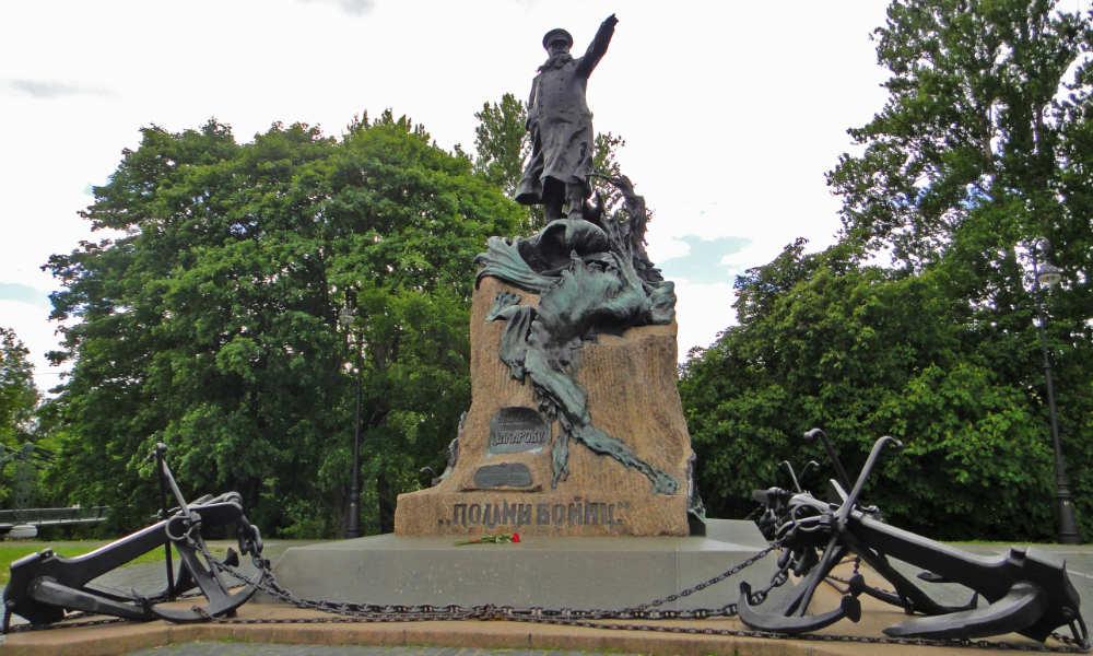 Кронштадт. Памятник адмиралу С. О. Макарову.