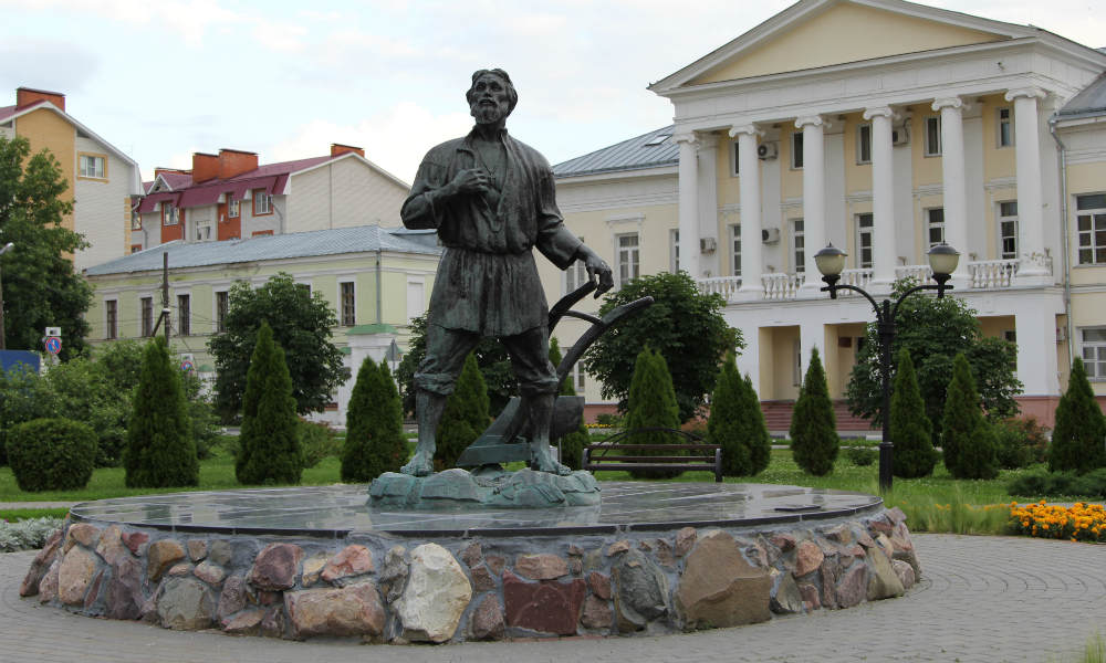 Памятник русскому мужику в Тамбове.