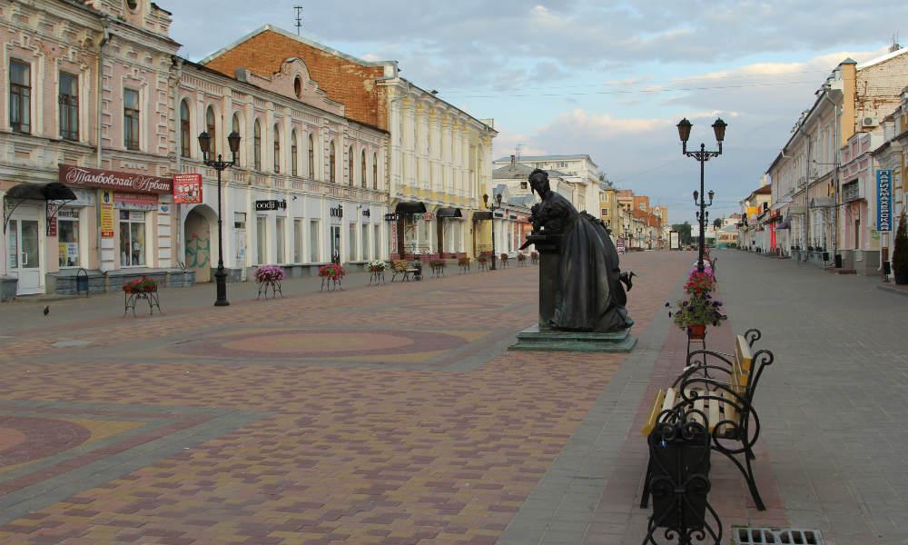 Тамбов. Улица Коммунальная и памятник тамбовской купчихе.