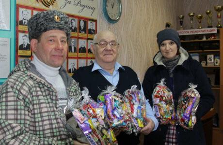 Донские казаки Мичуринска подарили подарки детям.