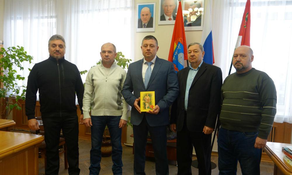 "Мичуринский центр ""Пограничная застава"" вручила книгу главе города Мичуринска."
